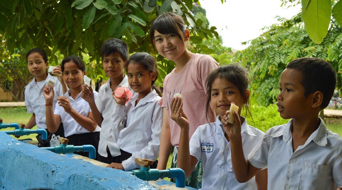 En su voluntariado con niños, nuestra voluntaria les enseña a los niños a lavarse bien las manos.